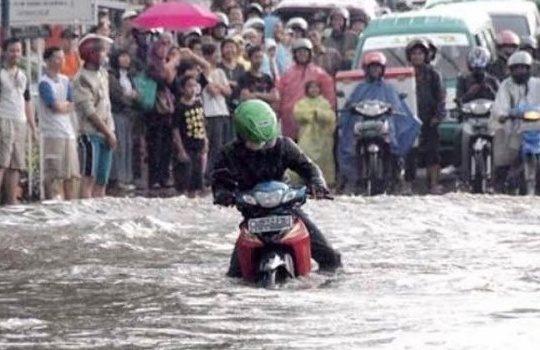 Tips Mengendarai Motor Ketika Hujan atau Banjir dengan Aman